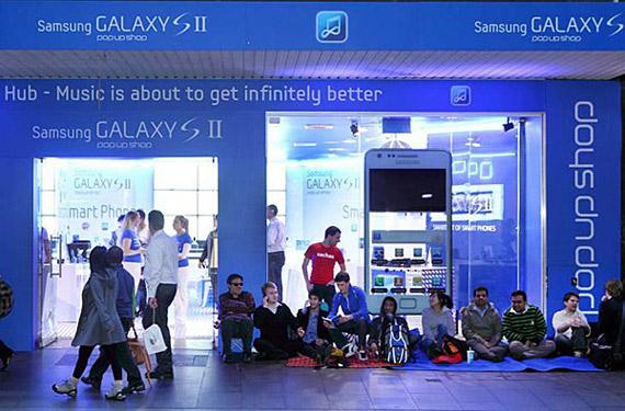 Samsung, Έστησε μαγαζί δίπλα σε Apple Store για να πικάρει την κυκλοφορία του iPhone 4