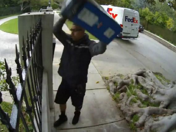 Ειδική παράδοση monitor από courrier με ρίψη από τον φράχτη!