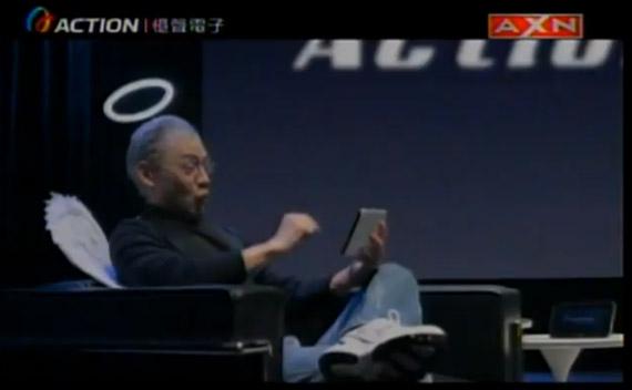 Σωσίας του Steve Jobs με φτερά αγγέλους διαφημίζει Android tablet