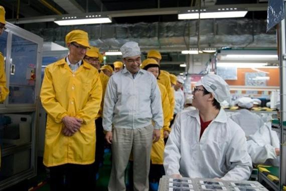 Φωτογραφίες από την επίσκεψη του Tim Cook σε εργοστάσιο της Foxconn