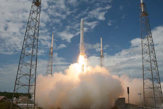 SpaceX, Ιδιωτικές εκτοξεύσεις δορυφόρων με τους πυραύλους Falcon 9