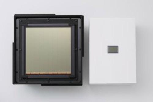 O υπερμεγέθης αισθητήρας CMOS της Canon (αριστερά) σε σύγκριση με έναν 35mm Full Frame της Canon όπως αυτός που χρησιμοποιείται στην EOS 5D Mark II.