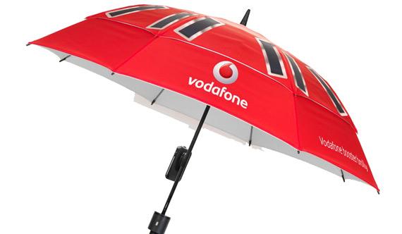 Τρελή ομπρέλα Vodafone που φορτίζει το κινητό σου και αυξάνει το σήμα του