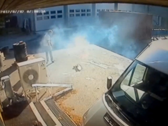 iPhone, Βίντεο από κάμερα ασφαλείας δείχνει το κινητό να παίρνει φωτιά στην τσέπη 17χρονου