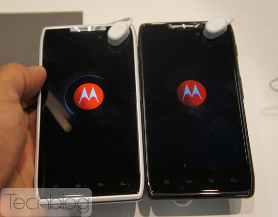 Motorola RAZR Maxx και λευκό RAZR τρεχουν Android Ice Cream Sandwich