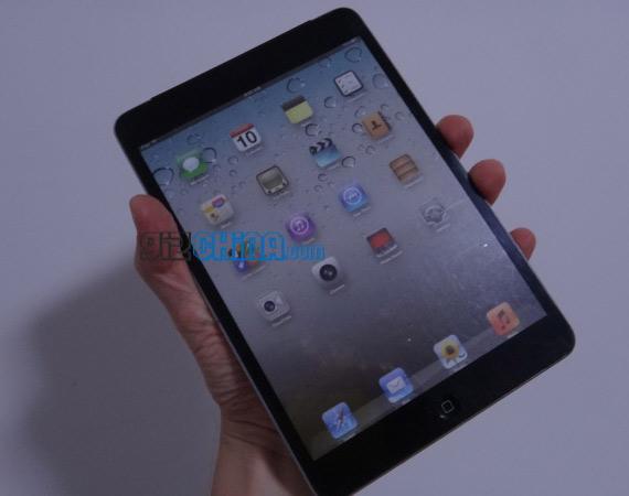 iPad mini, Κρατάει στα χέρια του ένα mockup και το συγκρίνει με το iPad