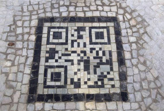 QR codes με μωσαϊκό σε πεζοδρόμια