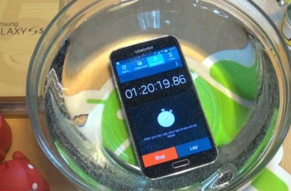 Samsung-Galaxy-S5-under-water-570
