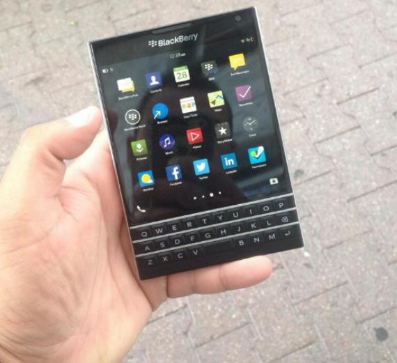 BlackBerry-Passport-01-570
