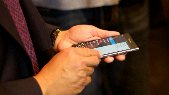 BlackBerry-Passport-06-570