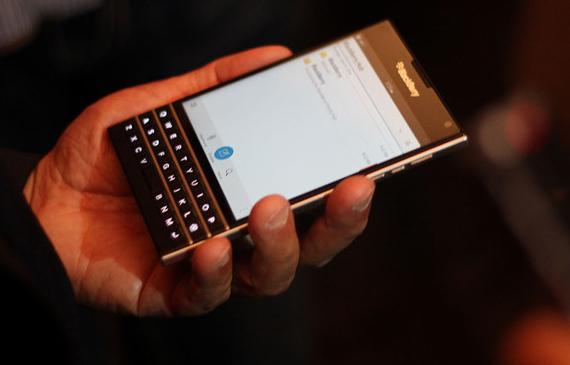 BlackBerry-Passport-07-570