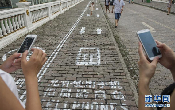 Sidewalk-divided-in-China-01-570