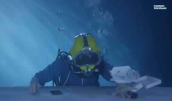 sony-xperia-z3-underwater-unboxing-03-570