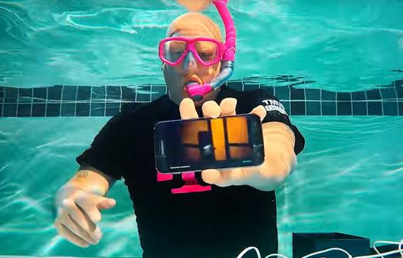 s7-underwater-unboxing-570