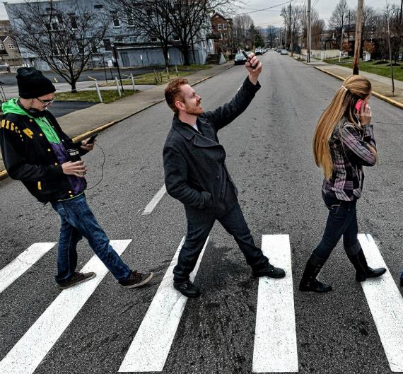 pedestrian-cellphone-570