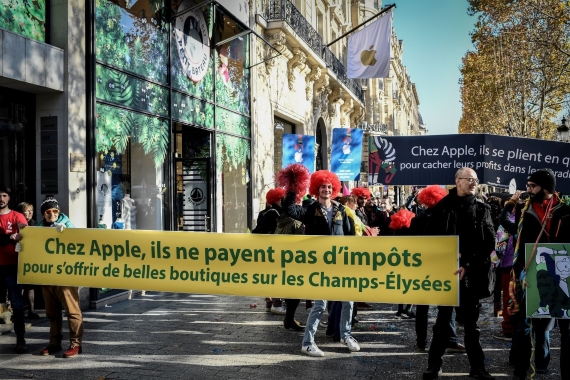 Apple protests for taxes 570px