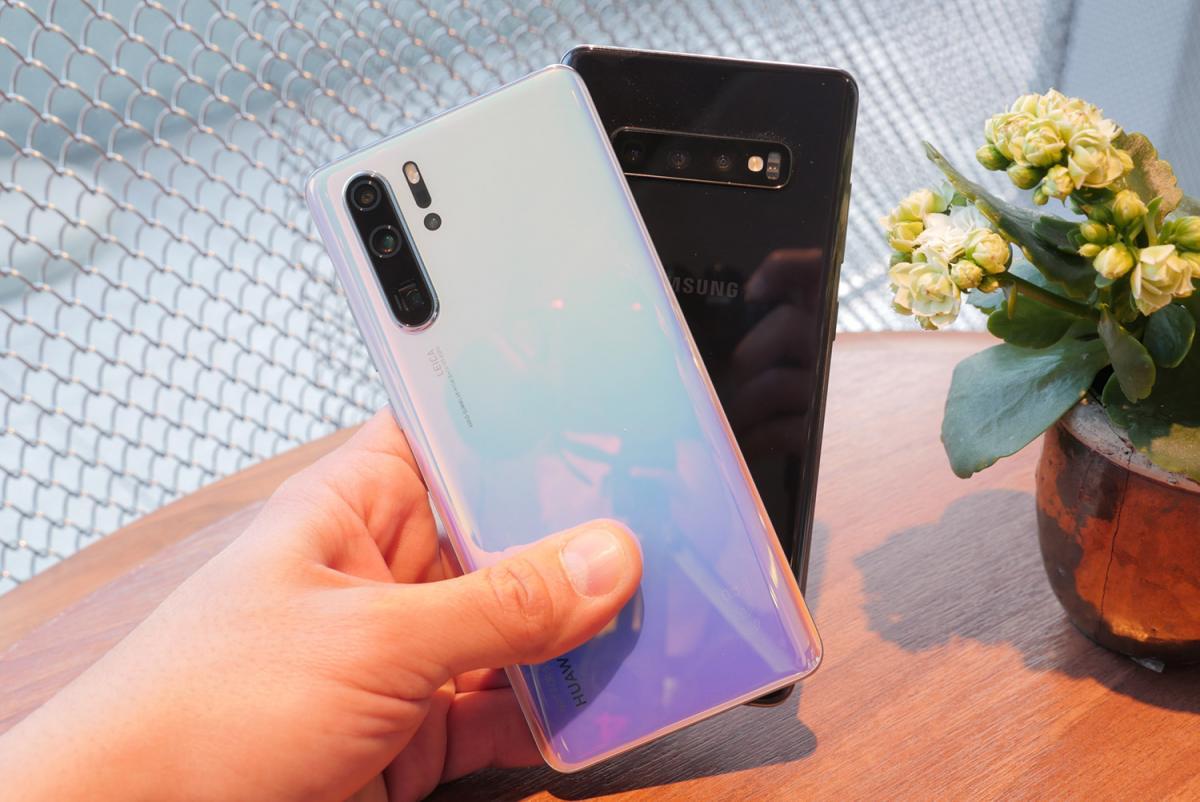 Huawei P30 Pro δίπλα στο Samsung Galaxy S10+