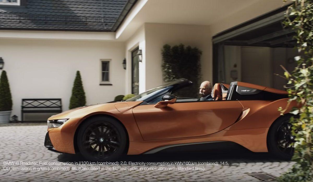 Η BMW τρολάρει την Mercedes με τον πρώην CEO να οδηγάει μια BMW i8 Roadster