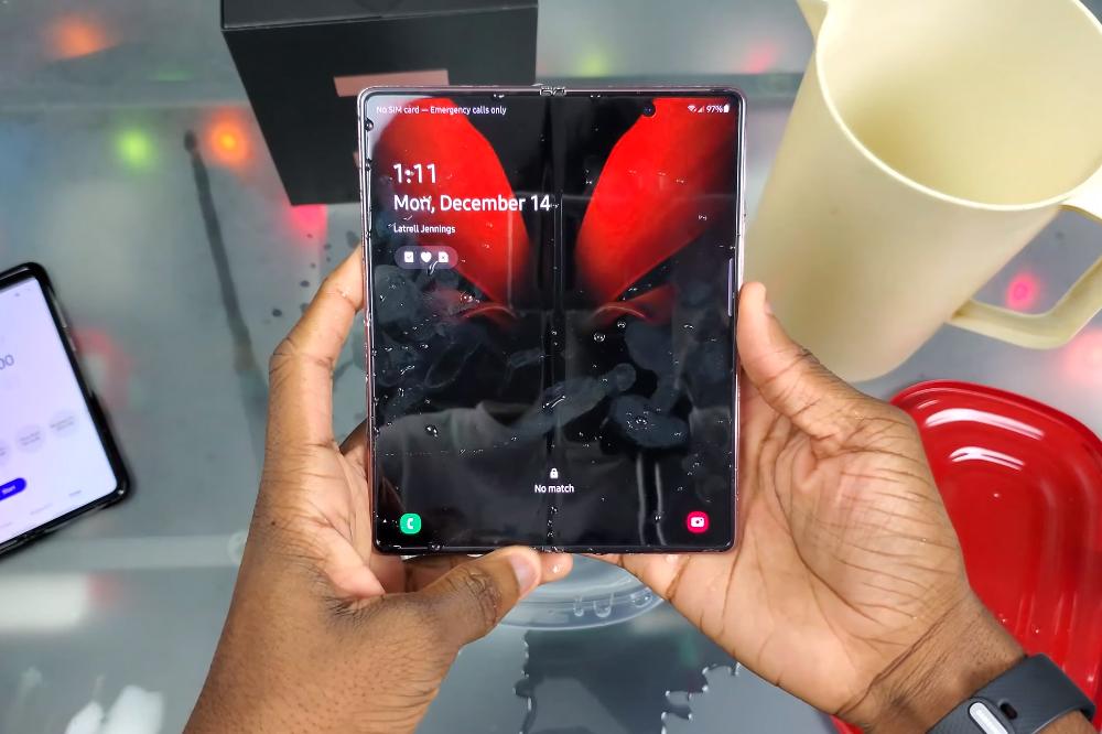 Samsung Galaxy Z Fold 2: Τελικά είναι αδιάβροχο; βίντεο